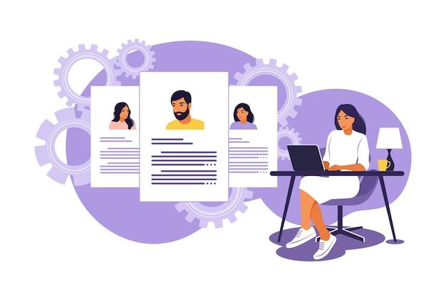 Hr manager alla ricerca e all'analisi del candidato per il lavoro. intervista per il concetto di lavoro. illustrazione vettoriale. appartamento isolato.