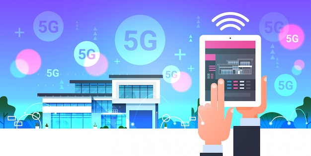 Mano umana utilizzando la tavoletta digitale online mobile app smart home system control 5g comunicazione wireless online moderna automazione della casa concetto orizzontale