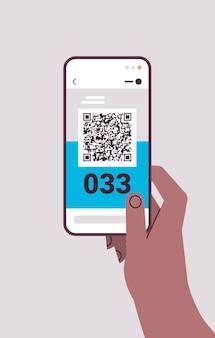 Mano umana utilizzando il codice a barre qr con il numero di coda sullo schermo dello smartphone sistema di accodamento elettronico servizio clienti
