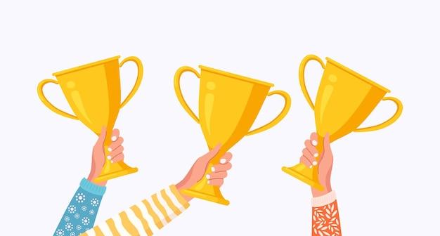 Mani umane che alzano la tazza dorata premio del trofeo, premio per il vincitore. calice d'oro per il primo posto. competizione aziendale o sportiva