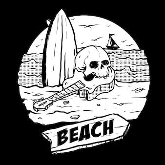Teschio umano con chitarra e tavola da surf in spiaggia e paesaggio al tramonto