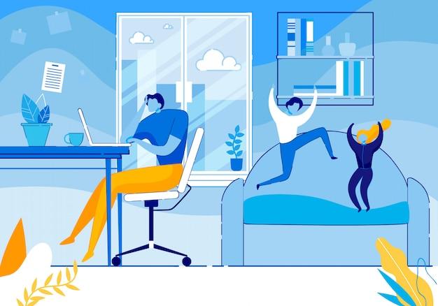 I bambini iperattivi scherzano saltando sul divano