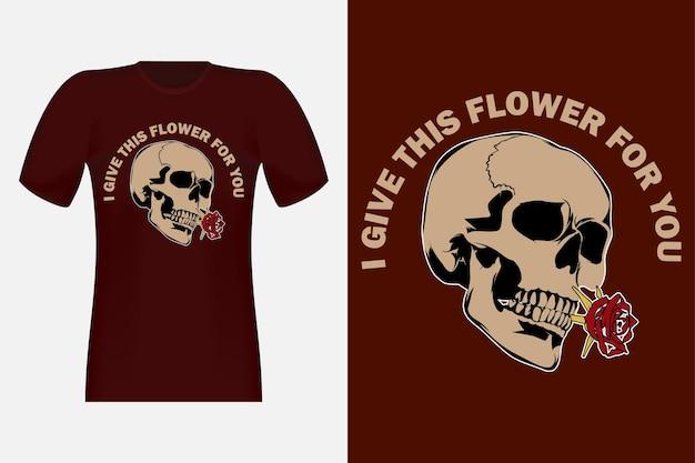 Regalo un fiore con un design vintage di t-shirt con teschio