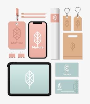 Badge identificativo con fascio di elementi del set di mockup nel disegno dell'illustrazione bianca