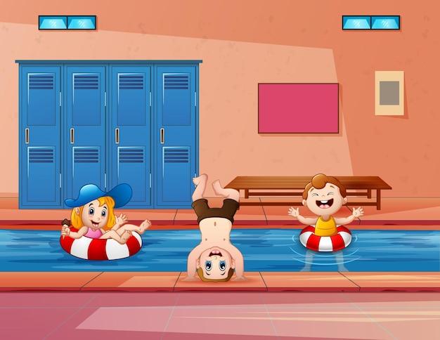 Illustrazione di bambini che nuotano in una piscina coperta