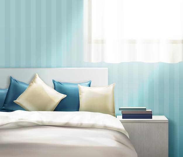 Illustrazione di cuscini puliti beige e blu navy e biancheria da letto sul letto in camera luminosa con comodino su sfondo muro a strisce.