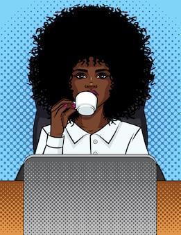 Illustrazione di una donna d'affari fumetto stile pop art seduto in un ufficio e bere caffè.