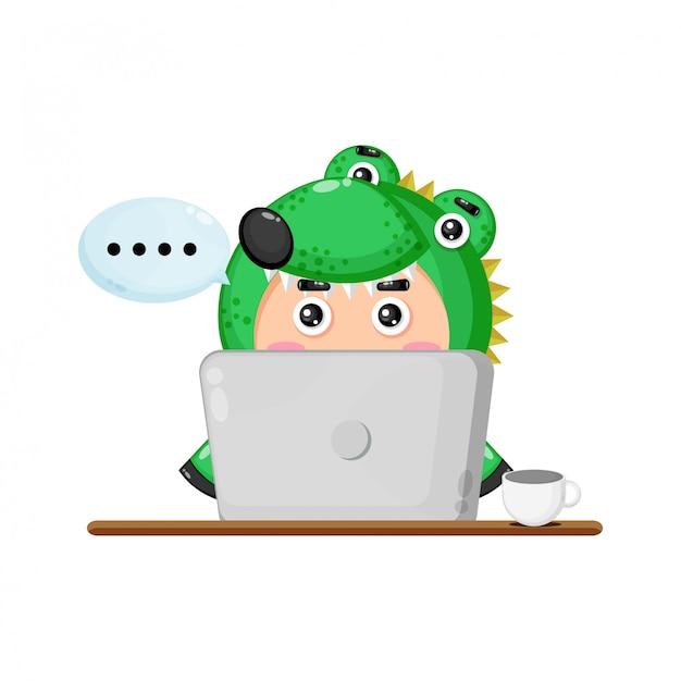 Illustrazione della mascotte carina coccodrillo davanti a un computer portatile