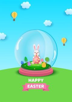 Illustrazione di progettazione di festival di pasqua con coniglio e le uova dipinte decorate dentro la palla di vetro sul pavimento dell'erba sul fondo del cielo blu.