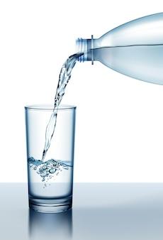 Illustrazione di acqua fresca che versa dalla bottiglia di plastica in vetro isolato su sfondo bianco