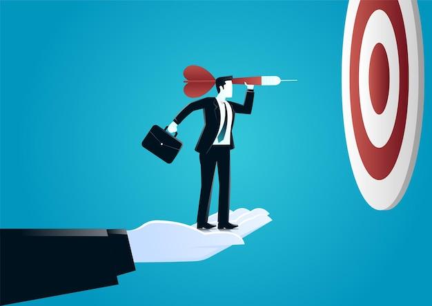 Illustrazione della mano gigante aiutando uomo d'affari lanciando un dardo a bordo di destinazione. descrivere la sfida e il target di business.