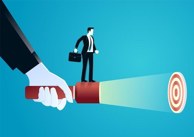 Illustrazione della mano gigante che tiene una torcia elettrica aiutare l'uomo d'affari a scoprire l'obiettivo nascosto.