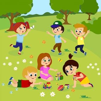 Illustrazione di bambini che giocano fuori sull'erba verde con fiori, alberi. bambini felici che giocano sull'iarda con i giocattoli nello stile piano del fumetto.