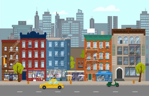 Illustrazione della strada di manhattan con diverse case retrò con negozi, taxi, scooter. siluetta della città sullo sfondo. paesaggio urbano in stile piatto.