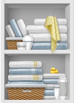 Illustrazione della mensola con asciugamani puliti piegati nel cesto di vimini