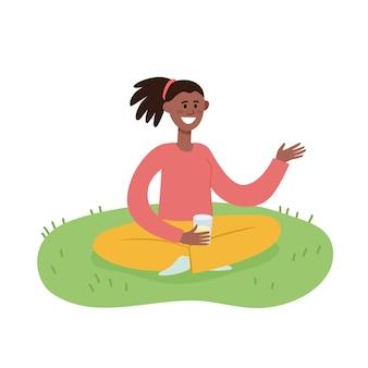 Illustrazione del fine settimana all'aperto di picnic estivo con donna afro-americana con un bicchiere di succo seduto sull'erba, donna alla moda yung, rilassarsi all'aperto in stile cartone animato