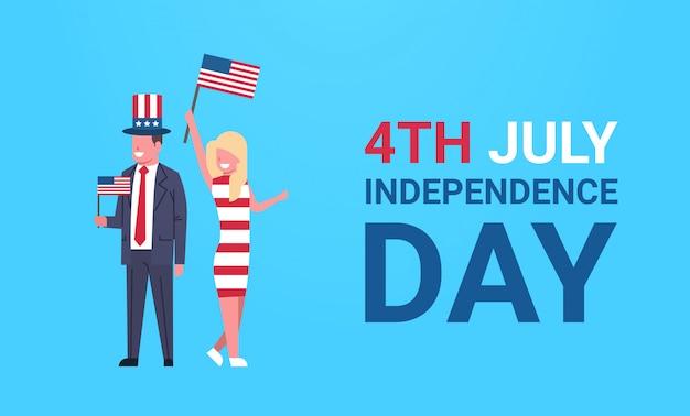 Festa dell'indipendenza 4 luglio coppia uomo donna abiti tradizionali bandiera degli stati uniti che celebra il cappuccio sulla parete blu, orizzontale a figura intera piatta