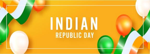 Testo della festa della repubblica indiana con palloncini tricolori lucidi e nastri