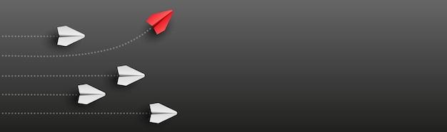 L'aereo di carta leader individuale e unico vola di lato su sfondo bianco