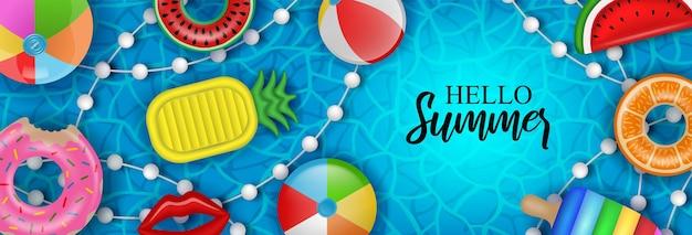 Materasso gonfiabile delle palle e anelli di nuoto sul fondo dell'acqua della piscina