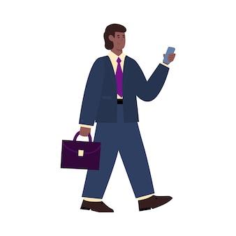 Influencer uomo d'affari in giacca e cravatta con telefono cellulare e valigetta in mano