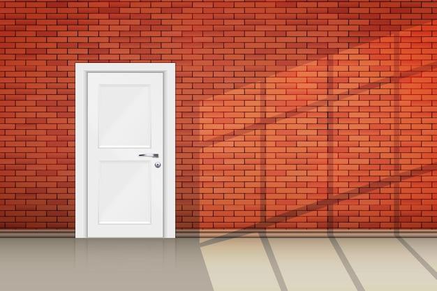 Interno del muro di mattoni rossi porta chiusa e luce solare dalla finestra.
