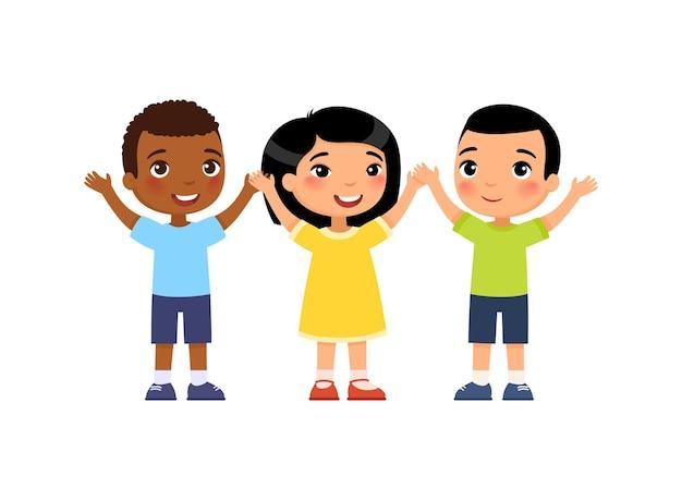 Gruppo internazionale di giovani bambini felici concetto di voto