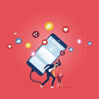 Internet, dipendenza dalla tecnologia, uomo d'affari incatenato allo smartphone con social network sullo schermo