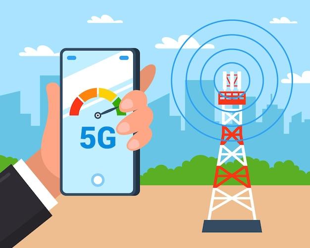 La torre internet distribuisce internet 5g. controllo della velocità di internet su uno smartphone.