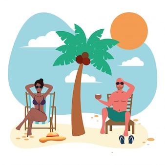 Coppia interrazziale sulla spiaggia praticando la distanza sociale