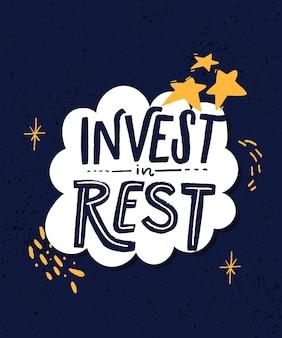Investi nel riposo. citazione motivazionale sulla qualità del sonno, l'importanza di staccare la spina e rilassarsi. lettere moderne decorate con stelle, segni a mano e scarabocchi in cornice bianca su sfondo blu
