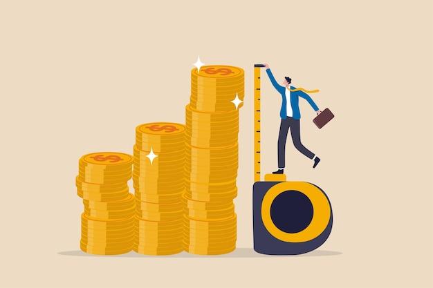 Misurazione degli investimenti o benchmark, roi, ritorno sull'investimento, monitoraggio della ricchezza con obiettivo finanziario o concetto di destinazione, investitore d'affari che utilizza nastro di misurazione per misurare l'altezza della pila di monete di denaro.