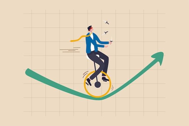 Rischio di investimento, assicurazione, opportunità di business per crescere nel concetto di crisi economica, uomo d'affari dell'investitore di fiducia con gli occhi bendati e coltelli da giocoliere in sella a un monociclo su una ruota sul grafico verde in aumento