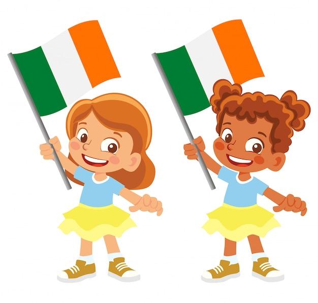 Bandiera dell'irlanda in mano insieme