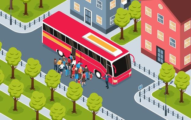 Frammento isometrico del paesaggio della città con un gruppo di turisti in piedi vicino all'illustrazione rossa del bus di escursione