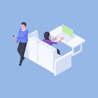 Illustrazione vettoriale isometrica dell'uomo moderno che utilizza smartphone e che si appoggia sul divano vicino al computer portatile di esplorazione della donna su sfondo blu brillante