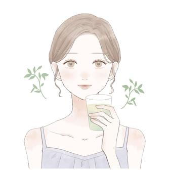 È una donna che beve il tè freddo nel bicchiere.