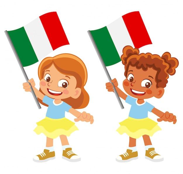 Bandiera dell'italia in mano insieme