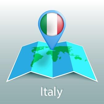 Mappa del mondo di bandiera italia nel pin con il nome del paese su sfondo grigio