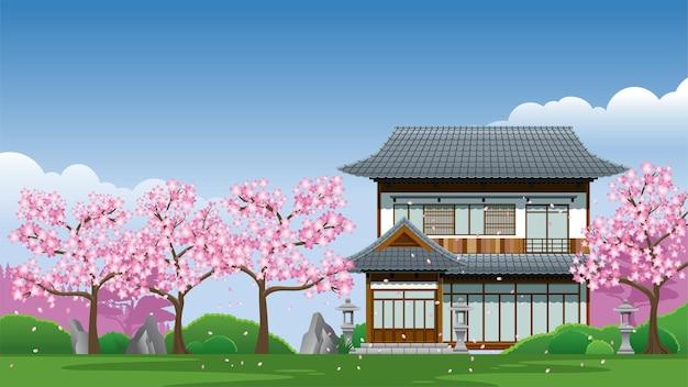 Casa tradizionale giapponese alla stagione dei fiori di ciliegio