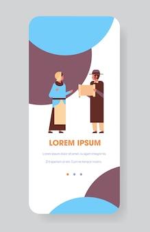 Coppia di ebrei che leggono la torah ebreo uomo donna in abiti tradizionali in piedi insieme felice hanukkah ebraismo feste religiose concetto a figura intera verticale illustrazione vettoriale