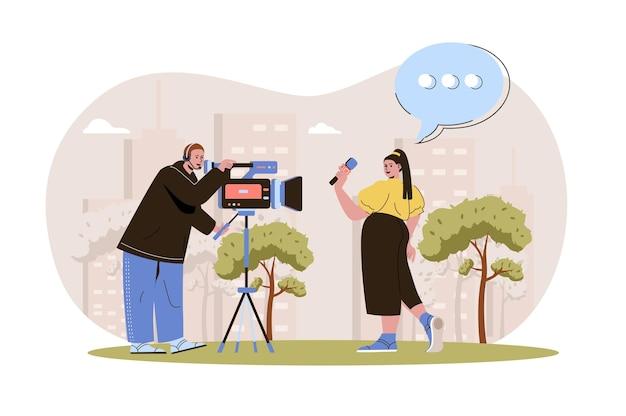 Giornalismo web concept giornalista dice all'operatore di notizie che registra le sue notizie televisive sui mass media
