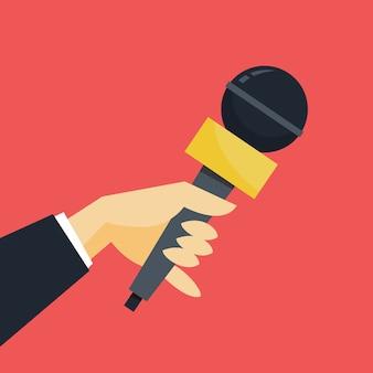Concetto di giornalista. mano che tiene il microfono. il giornalista fa l'intervista