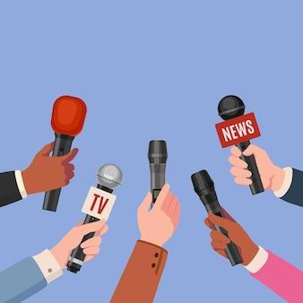 Mani del giornalista con microfoni. i giornalisti con i microfoni prendono un'intervista per la trasmissione di notizie, una conferenza stampa o un telegiornale. vettore multimediale. notizie dai media di illustrazione, giornalista giornalista con microfono