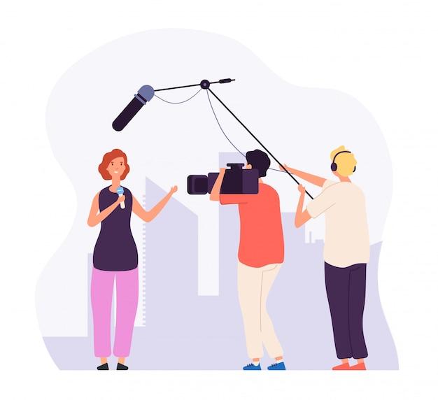 Rapporto giornalistico ragazza reporter con microfono canale televisivo trasmittente operatore di equipaggio professionale