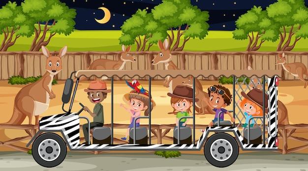Gruppo di canguri in scena safari con bambini nell'auto turistica