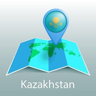 Mappa del mondo di bandiera del kazakistan nel pin con il nome del paese su sfondo grigio