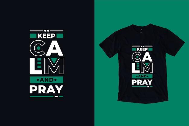 Mantieni la calma e prega il design della maglietta con citazioni moderne