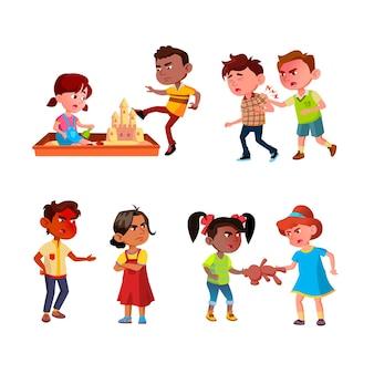 Bambini aggressione lotta e bullismo set vettoriale. fratello e sorella litigano, bullo che distrugge il castello di sabbia e prende a calci lo scolaro, aggressione dei bambini. personaggi piatto cartoon illustrazioni