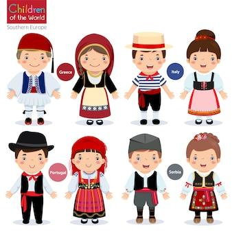 Bambini in diversi costumi tradizionali (grecia, italia, portogallo, serbia)